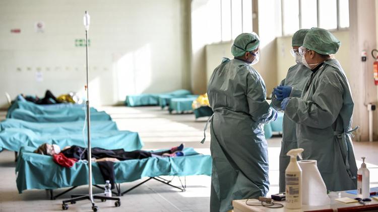 Các nhân viên y tế chăm sóc bệnh nhân mắc Covid-19 tại một trung tâm y tế ở Italy. (Ảnh: AP)