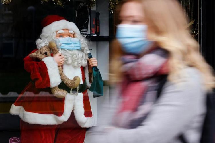 Ông già Noel đeo khẩu trang. (Ảnh: Reuters)