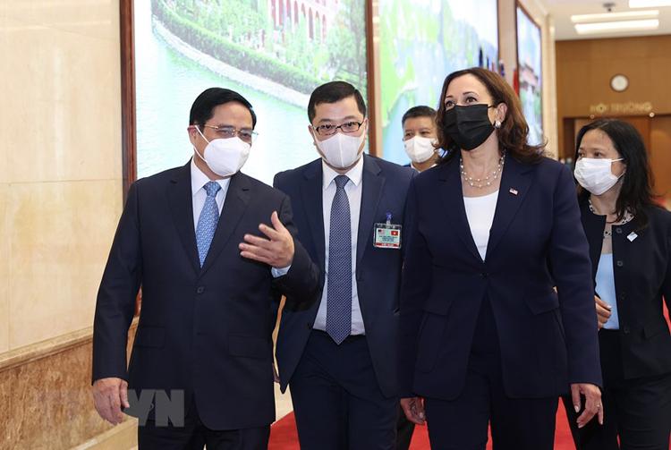 Thủ tướng Phạm Minh Chính giới thiệu với Phó Tổng thống Mỹ Kamala Harris hình ảnh đất nước, con người Việt Nam. (Ảnh: TTXVN)