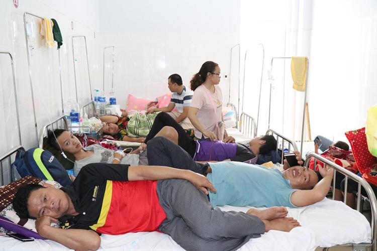 Bệnh nhân sốt xuất huyết phải nằm ghép giường bệnh vì bệnh viện quá tải.