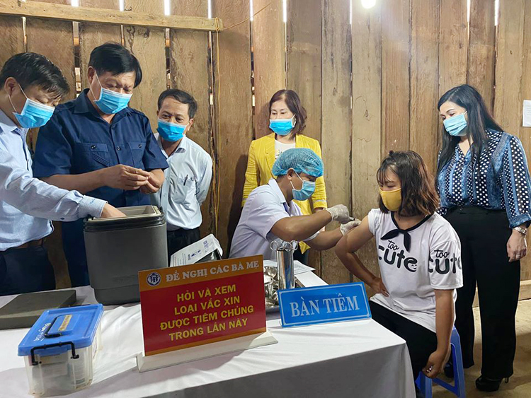 : Thứ trưởng Bộ Y tế Đỗ Xuân Tuyên kiểm tra việc tiêm chủng tại xã Quang Hoà.