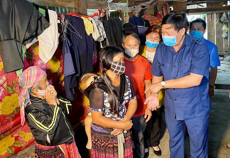 Thứ trưởng Đỗ Xuân Tuyên thăm hỏi gia đình ông Sùng Văn T.