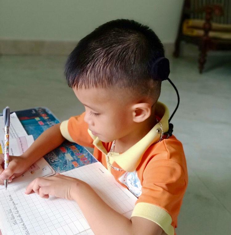 Nhờ đươc cấy ốc tai điện tử miễn phí, cháu Nguyễn Vũ Xuân Trường theo kịp các bạn lớp 2.