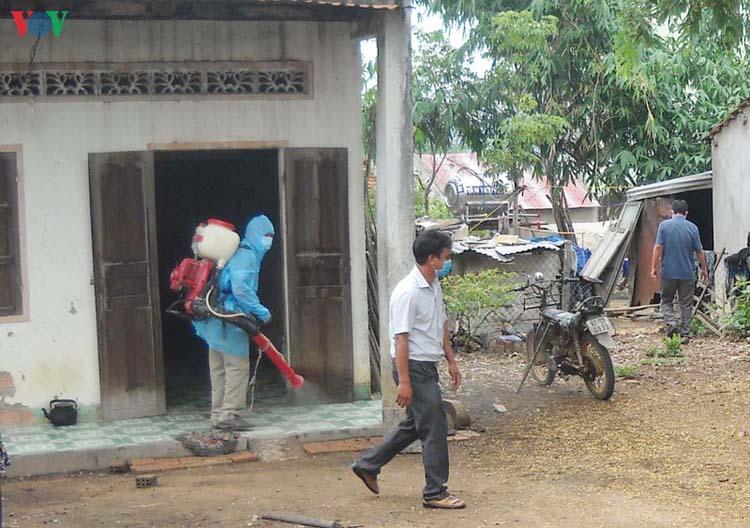 Phun hóa chất khử khuẩn tại khu dân cư có bệnh nhân mắc bệnh bạch hầu ở làng O, xã Ya Xiêr, huyện Sa Thầy (Kon Tum).