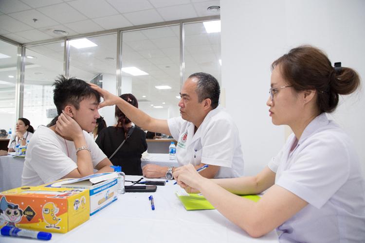 Bác sĩ Trung tâm Phẫu thuật sọ mặt và tạo hình, Bệnh viện TƯQĐ 108 khám cho bệnh nhân