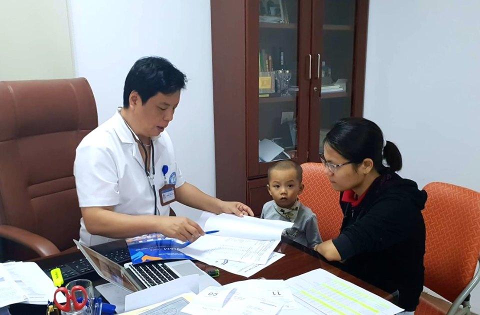 TS.BS Trương Hồng Sơn khám và tư vấn dnh dưỡng cho khách hàng.