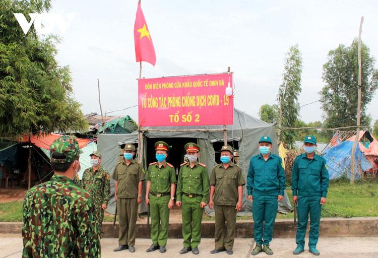 Các cán bộ, chiến sĩ Tổ 2 Đồn Biên phòng cửa khẩu quốc tế Dinh Bà, huyện Tân Hồng, tỉnh Đồng Tháp cùng các lực lượng phối hợp chuẩn bị đi tuần tra.