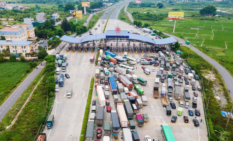 Các chốt kiểm soát được tổ chức nhiều điểm và lực lượng chức năng thực hiện phân loại phương tiện để đưa vào kiểm soát tại từng điểm nhằm tránh ùn tắc giao thông.