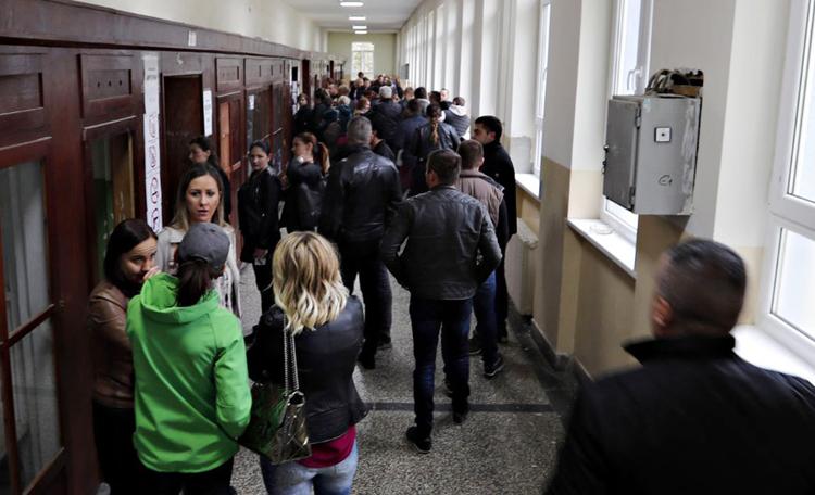 Cử tri đi bỏ phiếu tại một địa điểm ở thủ đô Pristina (Ảnh: AP)