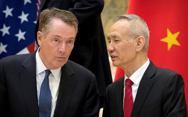 Đại diện thương mại Mỹ Robert Lighthizer (trái) và Phó Thủ tướng Trung Quốc Lưu Hạc (ảnh: PBS)