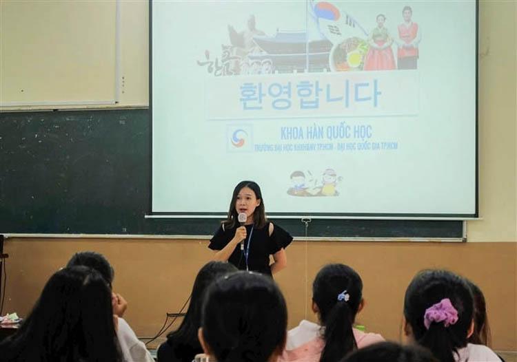 Giảng viên khoa Hàn Quốc học gặp gỡ tân sinh viên. (Ảnh: Khoa Hàn Quốc học)
