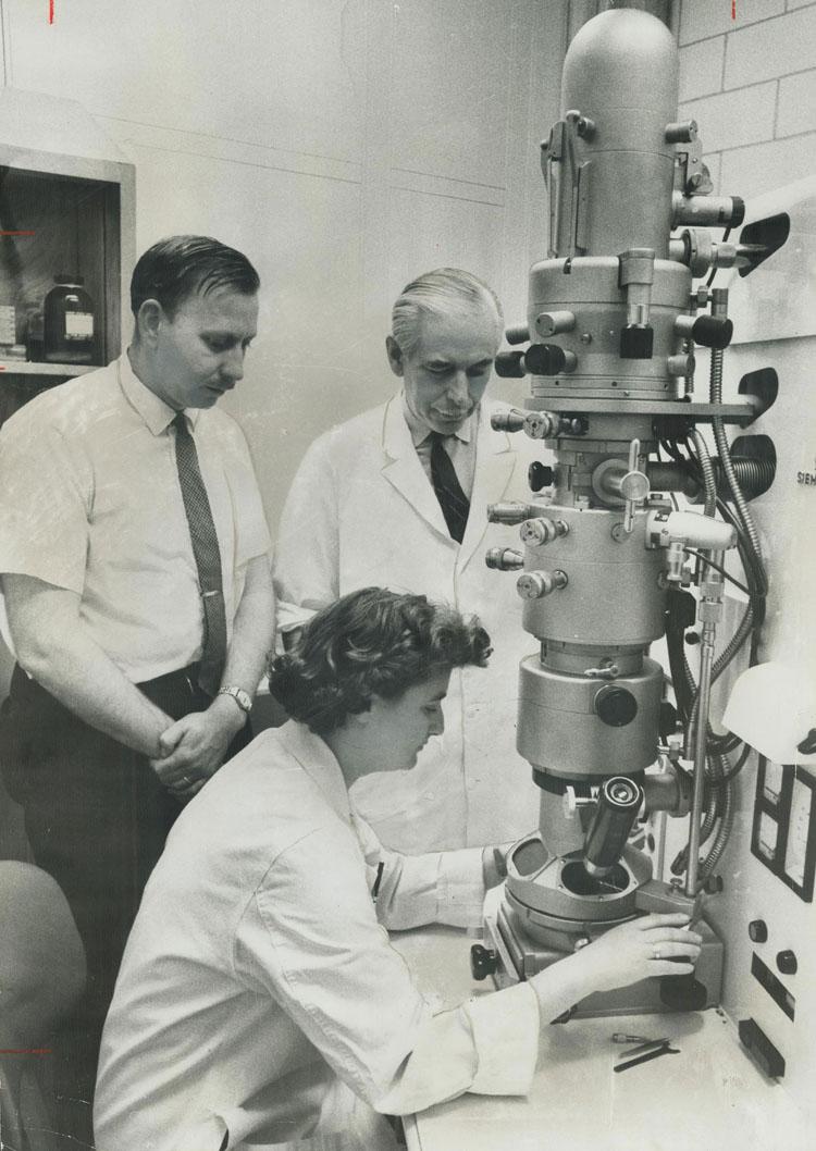 June Almeida bên chiếc kính hiển vi điện tử tại Viện nghiên cứu Ung thư Ontario, Toronto năm 1963. (Ảnh: BBC)