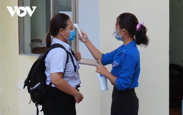 Học sinh được đo thân nhiệt trước khi vào phòng thi.