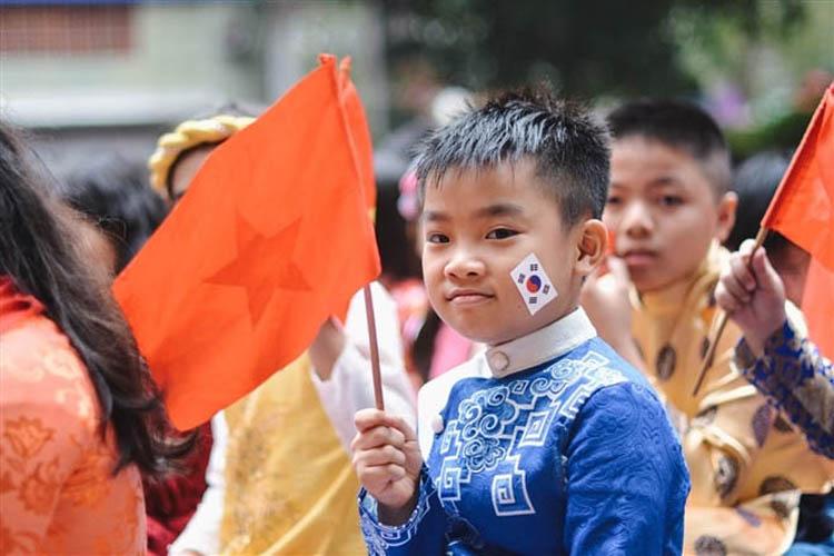 Học sinh học tập kiến thức văn hoá của các nước. (Ảnh: H.C)