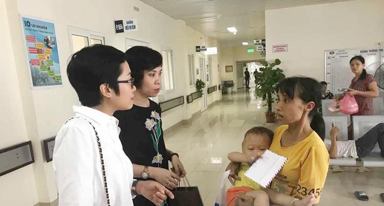 Lan Hương (áo trắng) tại một buổi từ thiện ở Bệnh viện K.