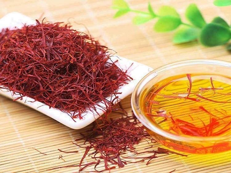Pha vài sợi saffron trong nước ấm và uống hàng ngày có lợi cho sức khỏe.