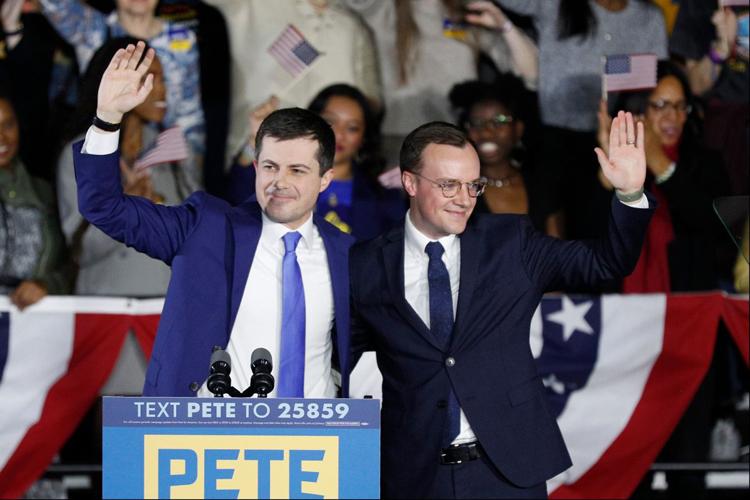 Bất ngờ vì không phải những ứng cử viên được coi là sáng giá nhất của đảng này chiến thắng mà là ông Pete Buttgieg (trái), cựu thị trưởng một thành phố không lớn ở Mỹ, 38 tuổi. (Ảnh: Internet)