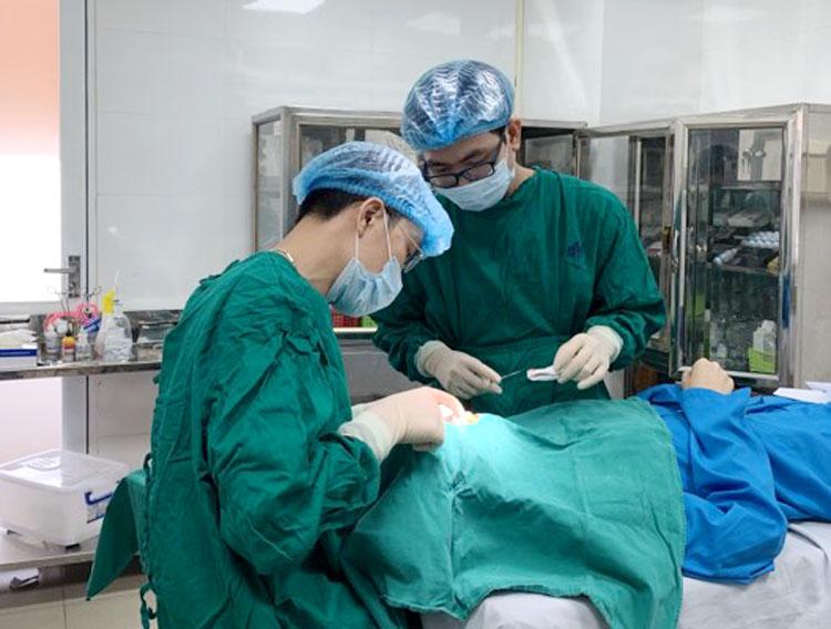 Một ca tiểu phẫu thẩm mỹ nốt ruồi tại Bệnh viện Da liễu Trung ương.
