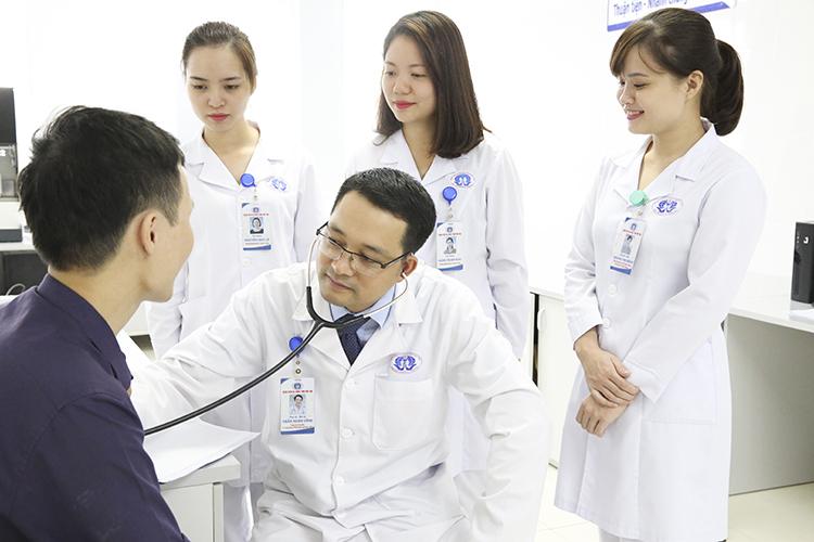 Ths.Bs Trần Xuân Vĩnh đang khám và tư vấn cho người bệnh.