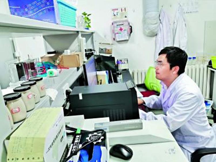 Ông Lý Kiện, người đã dành hai năm qua nghiên cứu thịt nhân tạo ở Trung Quốc. (Ảnh: Nhật báo Trường Giang)