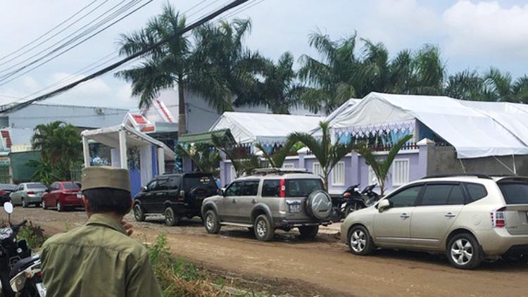 Ô tô đậu trước nhà bà Hồ Thị Cẩm Đào (Ảnh: Internet)