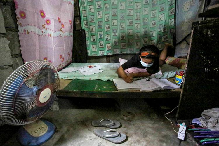 Trẻ em Philippines học tại nhà trong bối cảnh đại dịch. (Nguồn: AFP)