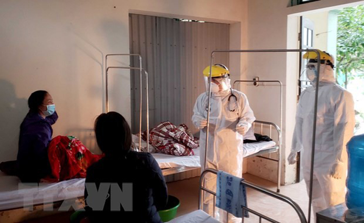Bác sỹ thăm khám bệnh nhân tại Phòng khám Đa khoa khu vực Quang Hà. (Ảnh: Hoàng Hùng/TTXVN)