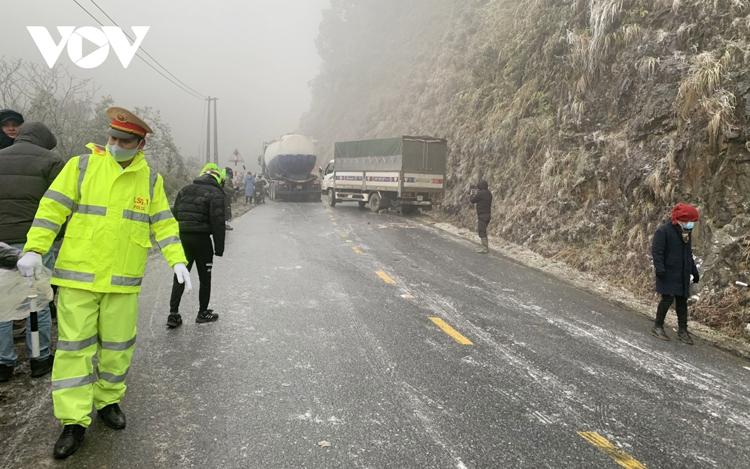 Băng tuyết xuất hiện dày đặc ở các khu vực vùng cao của thị xã Sa Pa và huyện Bát Xát, tỉnh Lào Cai khiến mặt đường đóng băng, trơn trượt nguy hiểm.