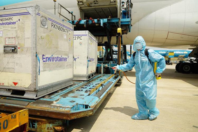 Ngày 24/2/2021, lô vắc-xin Covid-19 của AstraZeneca gồm 117.600 liều đầu tiên đã về đến Việt Nam.