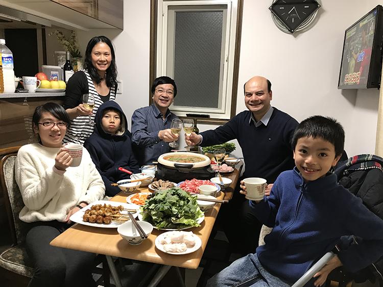 Bữa cơm quây quần của một gia đình Việt Nam tại Nhật Bản.