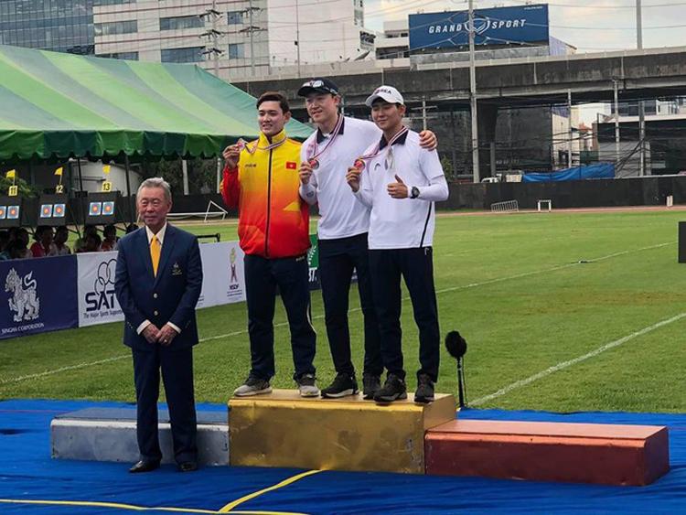 Văn Đầy trên bục nhận huy chương bạc (Ảnh: BTC).
