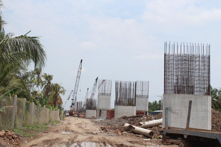 Công trình đường dẫn lên cầu Mỹ Thuận 2 thuộc huyện Cái Bè, Tiền Giang thi công chậm có nguyên nhân do vật liệu xây dựng tăng giá.