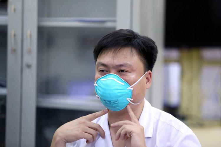 Bác sĩ Nguyễn Ngọc Hồng, Trưởng khoa Bệnh phổi nghề nghiệp (Bệnh viện Phổi trung ương).