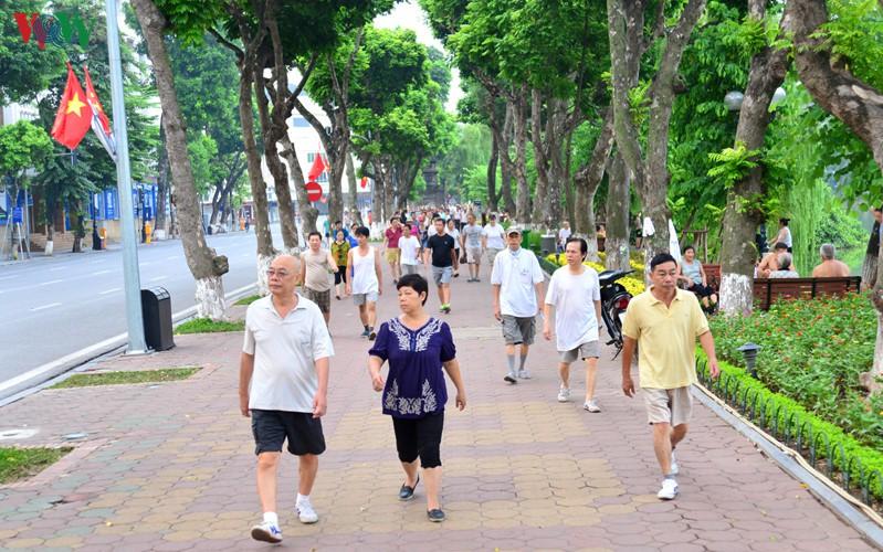 Thí điểm không cho các phương tiện giao thông hoạt động trong 1 tháng đối với toàn bộ không gian đi bộ xung quanh hồ Hoàn Kiếm (ảnh: KT).
