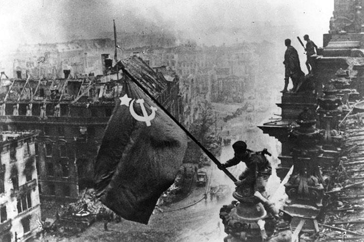 Ngày 30/4/21945, Hồng quân Liên Xô cắm cờ trên nóc nhà Quốc hội Đức ở thủ đô Berlin. Cùng ngày, trùm phát xít Adolf Hitler tự sát. Đô đốc Karl Donitz kế nhiệm vai trò Quốc trưởng và điều hành chính phủ mới tại thành phố Flensburg. (Ảnh: Getty Images)