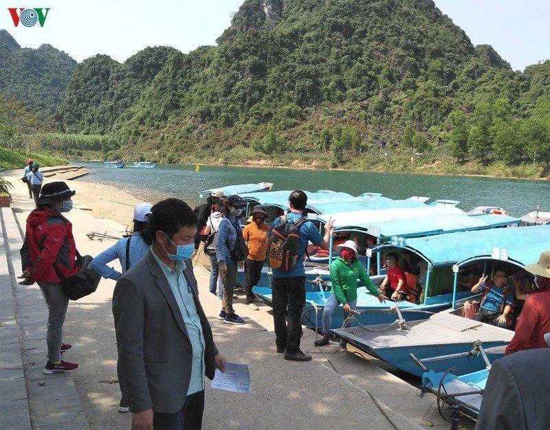 Người dân và du khách đeo khẩu trang phòng chống dịch bệnh.
