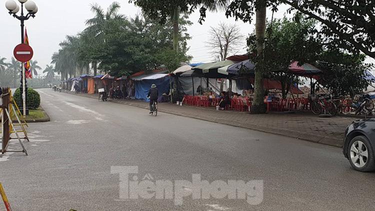 Mặc dù lực lượng chức năng vẫn lập hàng rào phân luồng nhưng các tuyến đường chính vào đền Trần đều vắng lặng - Ảnh: Hoàng Long