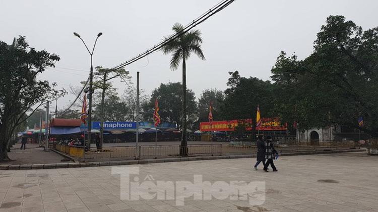 Bãi gửi xe rộng thênh thang ở cửa đền Thiên Trường chỉ có vài chiếc xe  - Ảnh: Hoàng Long