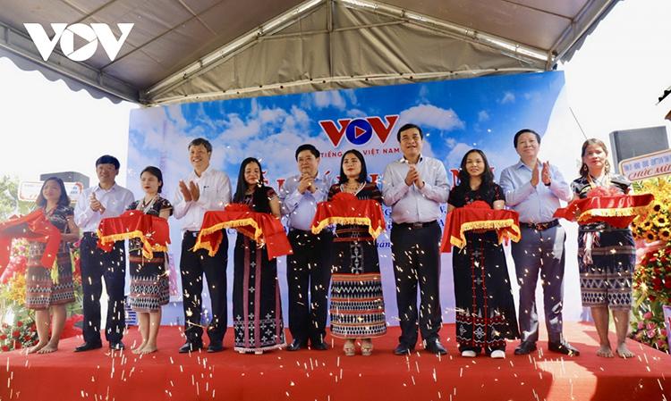 Nghi lễ cắt băng Khánh thành trạm phát sóng FM tự động tại đỉnh Quế, tỉnh Quảng Nam.