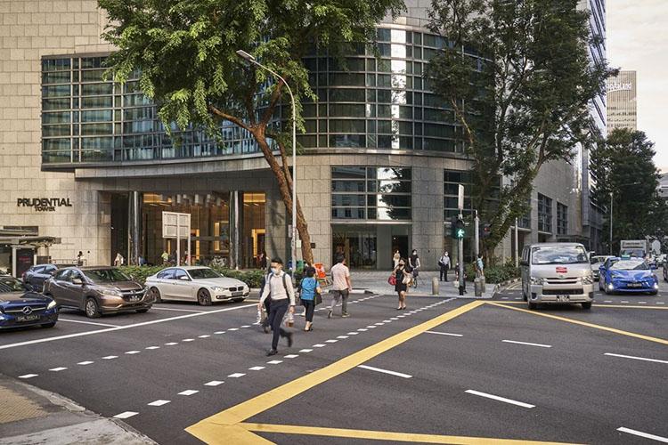 Người dân đeo khẩu trang đi bộ trên một con phố ở Singapore. Ảnh: Bloomberg.