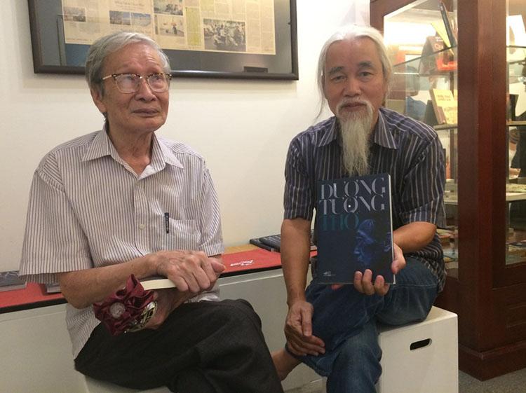 Nhà văn Nguyễn Xuân Khánh và nhà phê bình Phạm Xuân Nguyên.