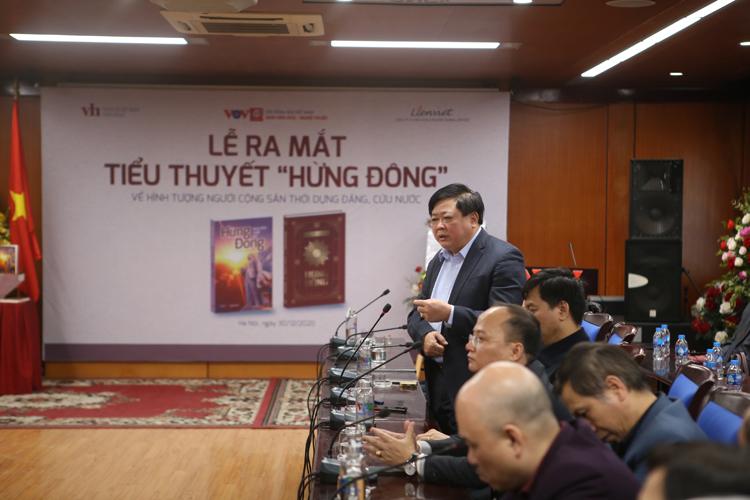 Nhà văn Nguyễn Thế Kỷ tại buổi ra mắt sách.