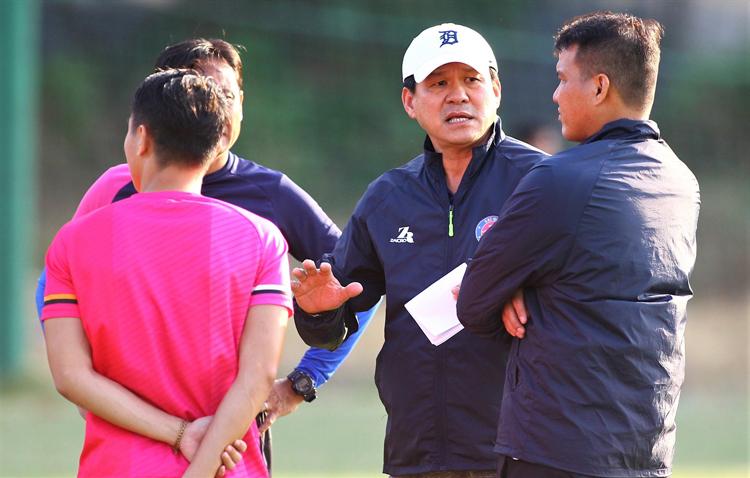 Việc ông Vũ Tiến Thành cầm sa bàn chỉ đạo cho thấy sự thiếu chuyên nghiệp trong công tác huấn luyện ở V.League.