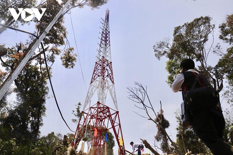 Trạm phát sóng này gồm 1 cột ăng ten tự đứng cao 44,5m, nhà trạm đặt máy phát sóng, đường dây trung hạ thế và trạm biến áp 100KVA cấp điện cho trạm phát sóng.