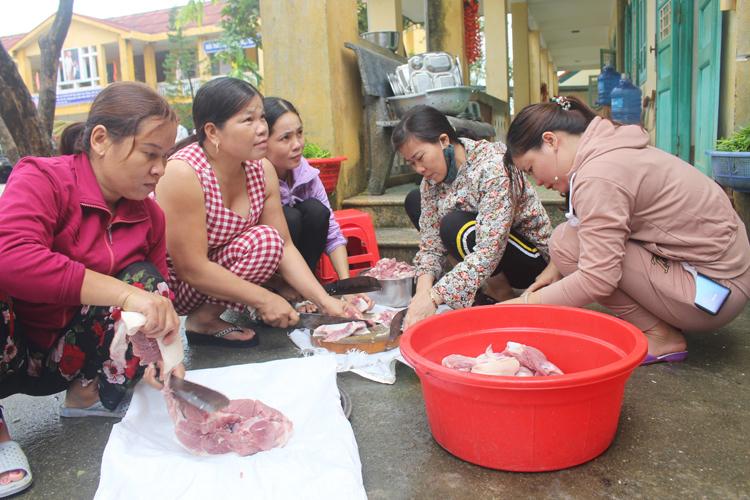 Phụ nữ xã Phong Xuân giúp bộ đội nấu ăn.