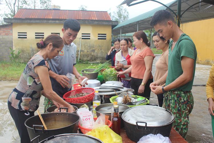 Người dân xã Phong Xuấn mang rau củ, quả, gà vịt đến ủng hộ và ở lại phụ giúp bộ đội nấu ăn.