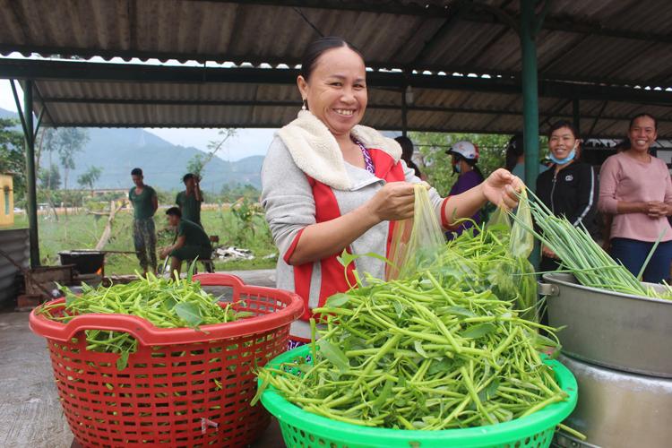 Người dân xã Phong Xuân mang rau xanh ủng hộ bộ đội.