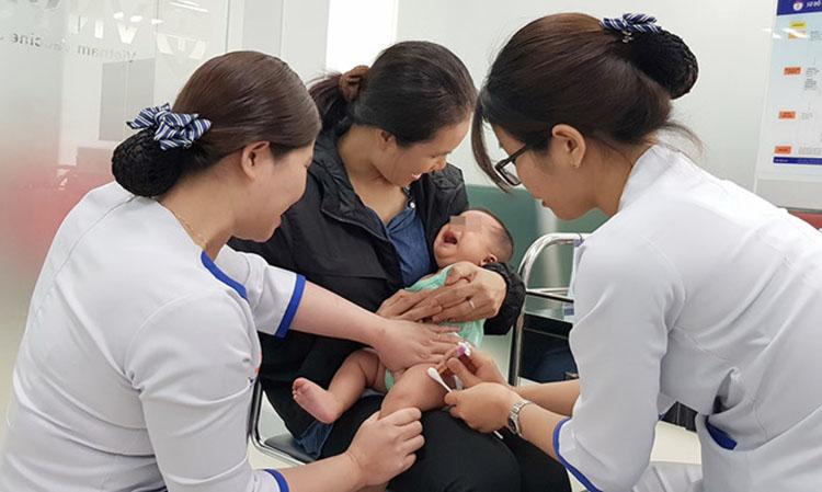 Bệnh nhi được nhập viện trễ vì phụ huynh ngại, hoặc lo sợ đưa con đến bệnh viện sẽ bị lây nhiễm Covid-19 (Ảnh: Thanh Niên)