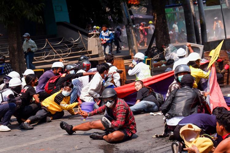 Người biểu tình nằm sát xuống đất sau khi cảnh sát xả súng vào giải tán đám đông tại thành phố Mandalay, Myanmar ngày 3/3. Ảnh: Reuters.