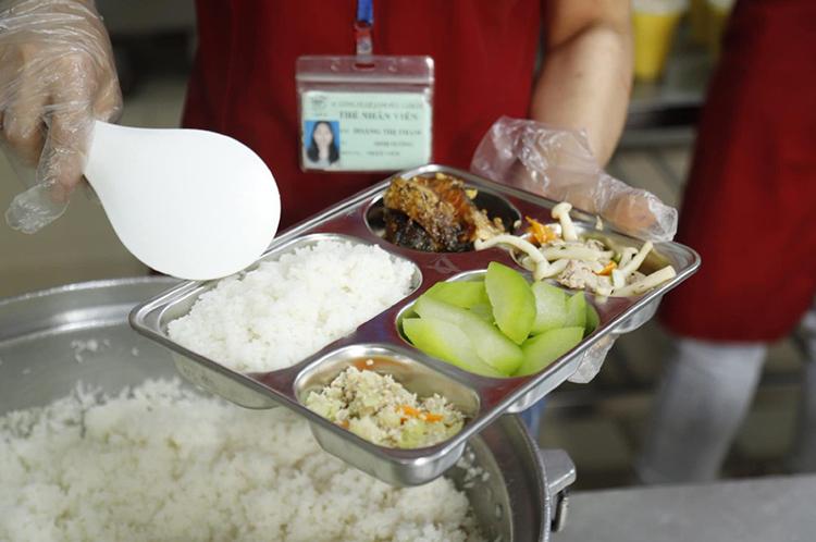 Người bệnh cần được ăn suất cơm đầy đủ dinh dưỡng . (Ảnh: Thái Hà)